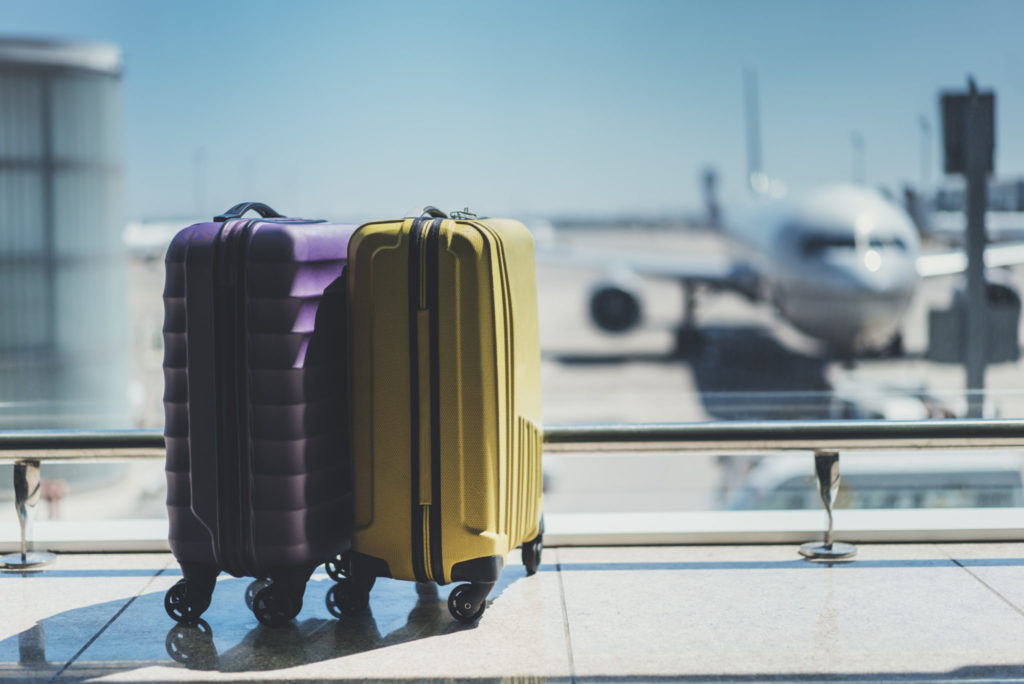 De acordo com as novas regras de bagagem em viagens internacionais e domésticas, cada companhia aérea pode especificar condições para o despache de bagagem, o que pode incidir em custos.
