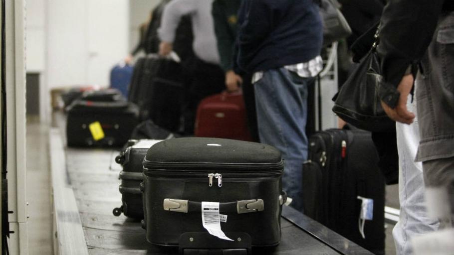 Em voos internacionais, a companhia aérea possui o prazo de 21 dias para localizar a mala perdida e devolver ao cliente. Em caso de extravio, ou seja, quando a mala não achada, o cliente deve receber uma indenização em sete dias.