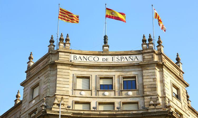 Para abrir uma conta na Espanha, o processo é mais burocrático, pois é necessário o NIE, que por sua vez precisa do empadronamento, que é um documente emitido após ser feita a comunicação ao governo o local que você reside no país.