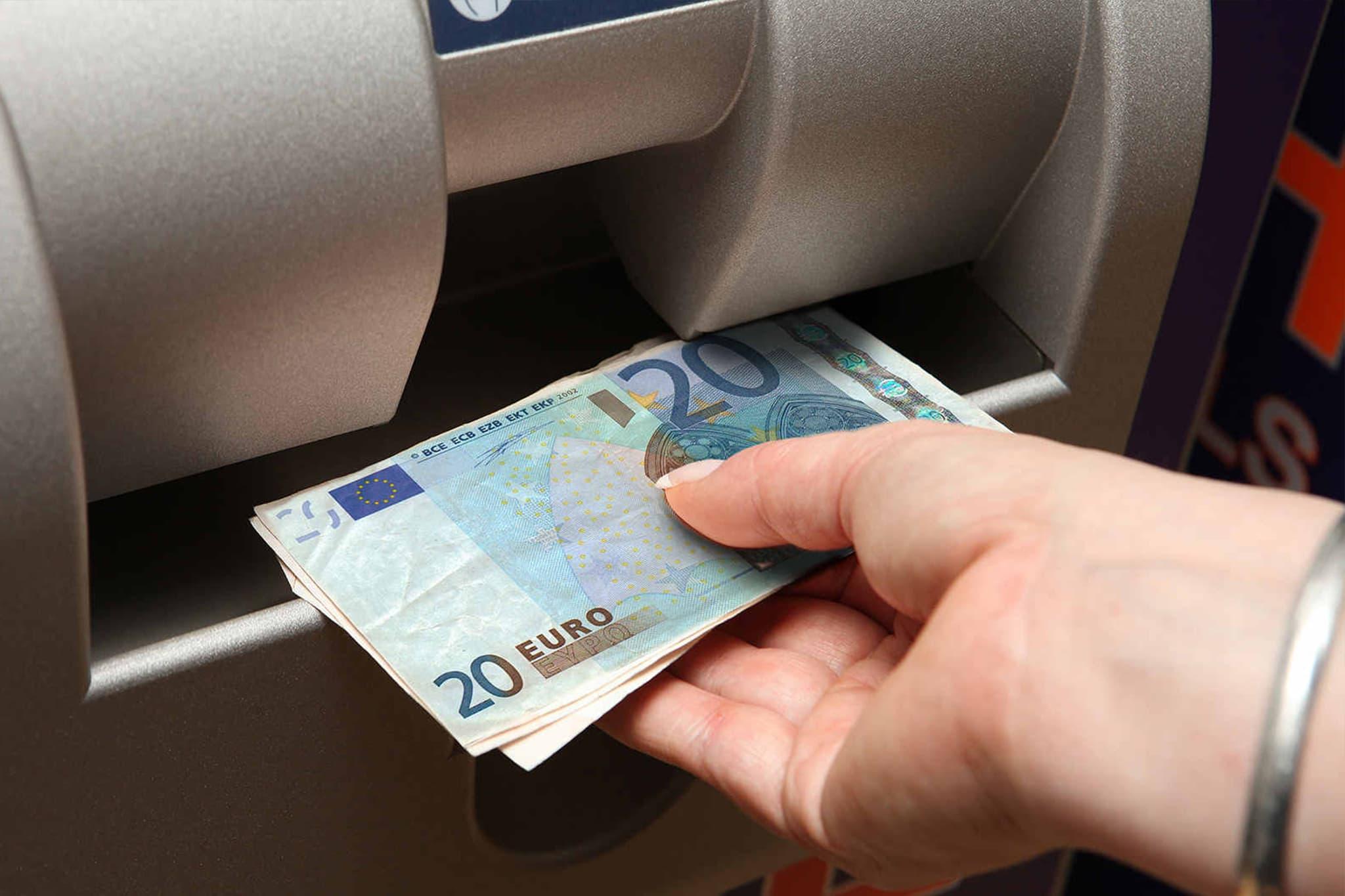 Na hora do saque em um caixa automático estrangeiro, certifique-se que está escolhendo a opção débito ao invés de crédito.