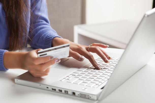 Há como abrir conta no exterior pela internet em bancos digitais que possuem atuação mundial e possuem a possibilidade de trabalhar com diversos tipos de moedas.