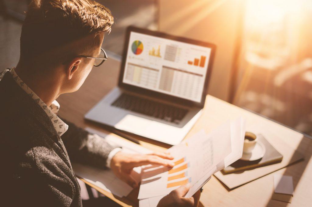 O planejamento financeiro é uma parte fundamental de economizar para fazer intercâmbio, pois permite que você visualize mais facilmente os seus ganhos e gastos e onde pode economizar.