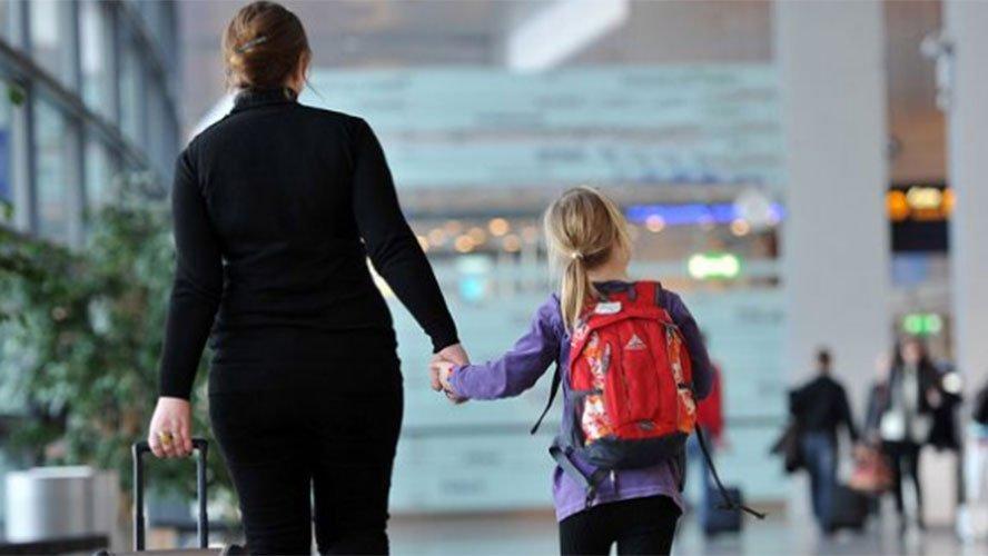 Para crianças e adolescentes brasileiros que moram no exterior é necessário a apresentação do atestado de residência.
