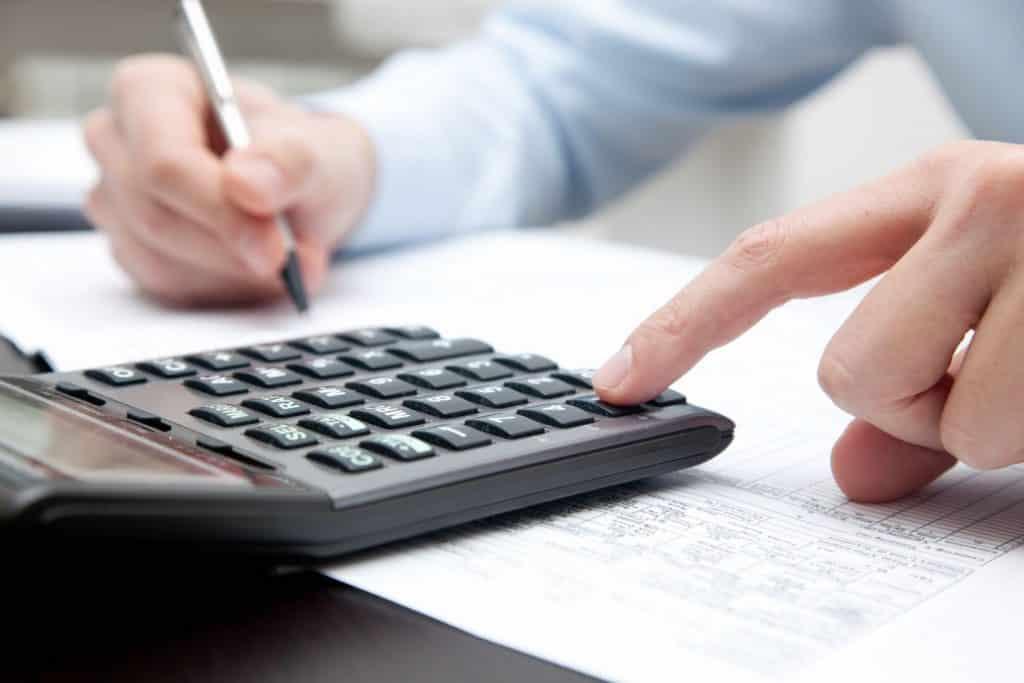 Se os rendimentos de seu investimento não forem superiores a US$ 100.000,00 é necessário somente comunicar da declaração os valores e o banco internacional que você possui conta.