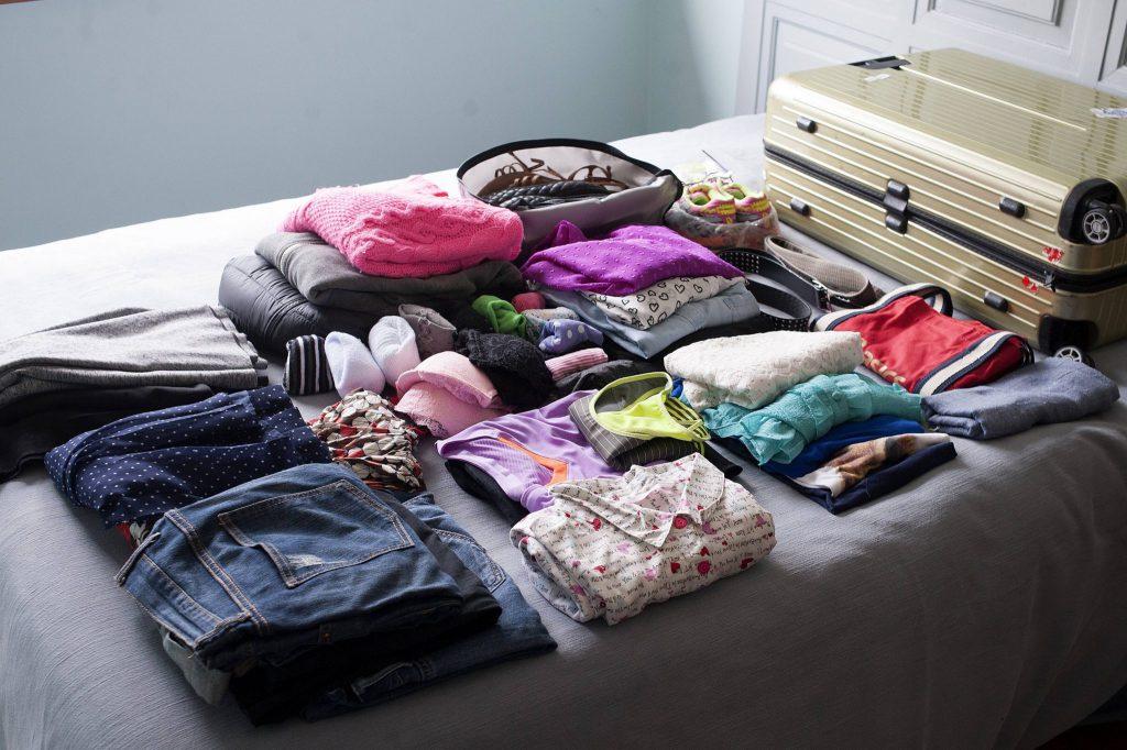 Deixar a mala de sua viagem de intercâmbio para arrumar em cima da hora aumenta os riscos de esquecer coisas importantes.