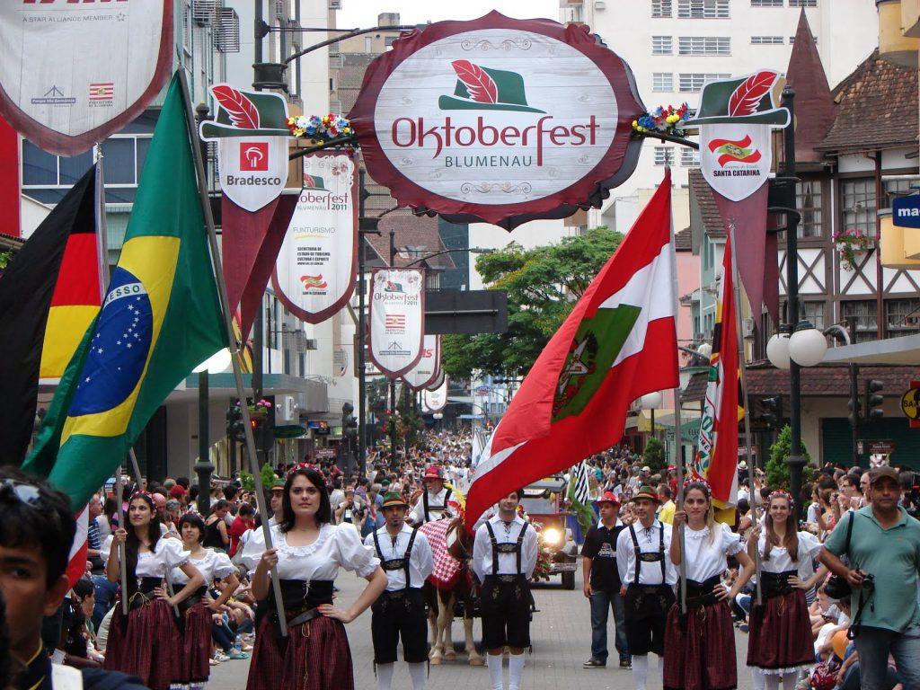 A Oktoberfest de Blumenau é a segunda maior do mundo, só perdendo para a de Munique.