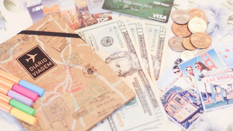 A vantagem de levar dinheiro em espécie é que o IOF é mais baixo em relação ao cartão de crédito.