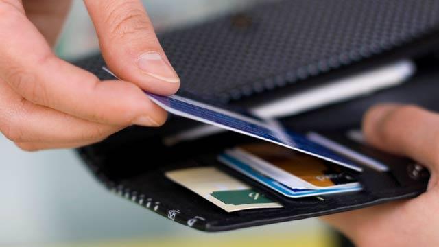 Levar um cartão de crédito internacional é uma opção para emergências. Contudo, recomenda-se o uso apenas em último caso.