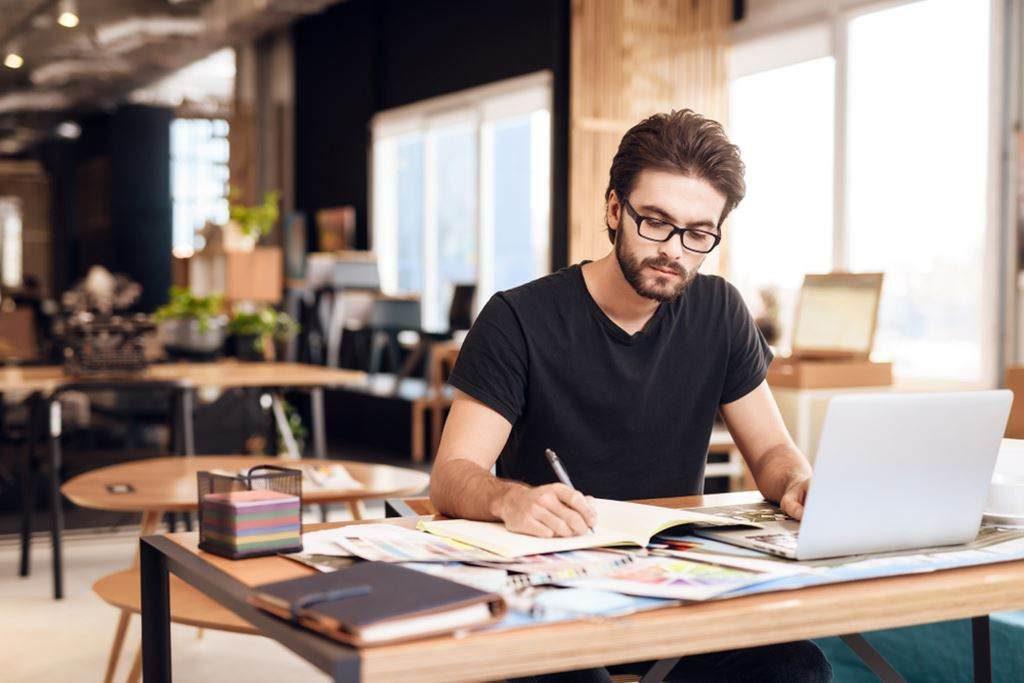A plataforma da Remessa online pode ser usada para o recebimento de salários por serviços prestados ao exterior.