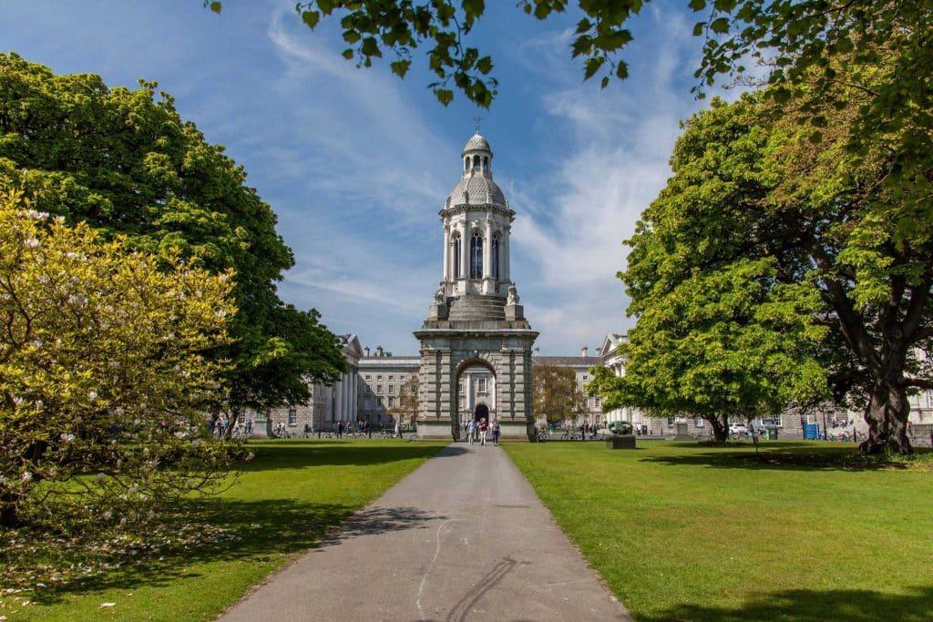 A Trinity College é universidade mais antiga do país, fundada em 1592 e possui uma das bibliotecas mais famosos do mundo.