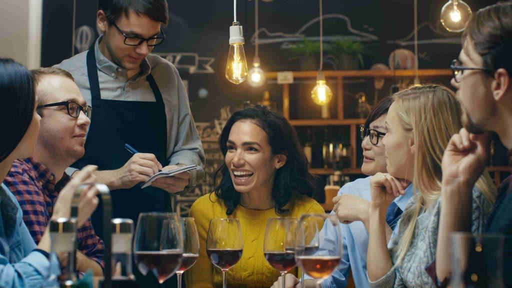 Atuar como garçom durante seu intercâmbio na Austrália é um dos empregos mais comuns.