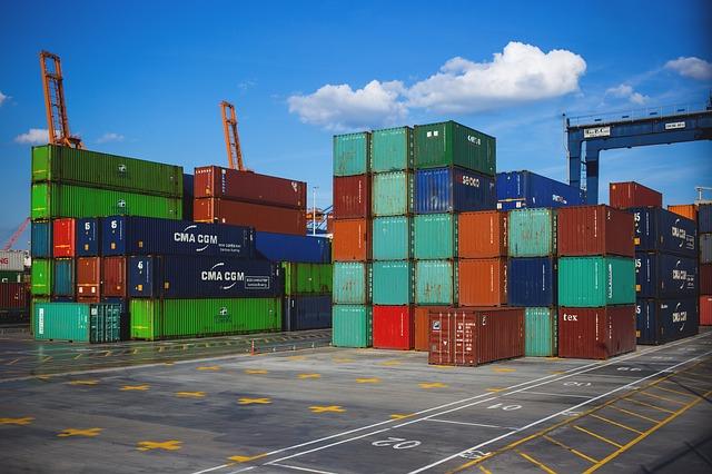 O comércio internacional influencia na cotação do dólar.