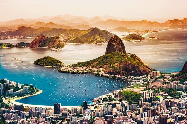 O turismo influencia na cotação do dólar. Quanto mais estrangeiros visitando o Brasil, melhor para a cotação.