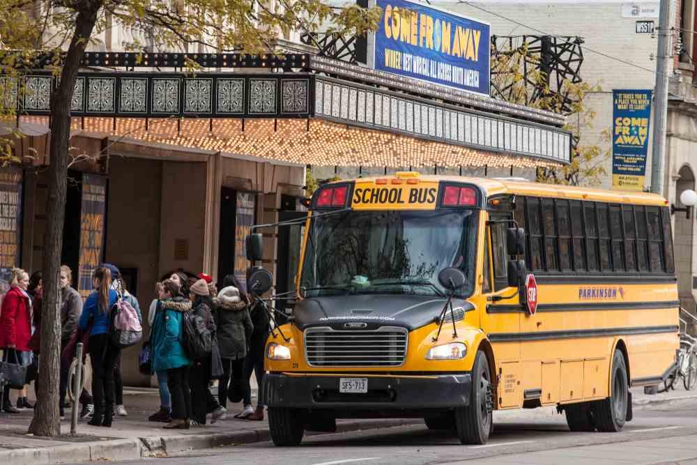 Ônibus escolar com crianças canadenses