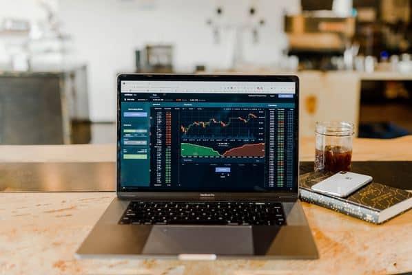 Tudo o que você precisa saber sobre investimentos no exterior, incluindo como começar e quais são as principais corretoras do mercado.