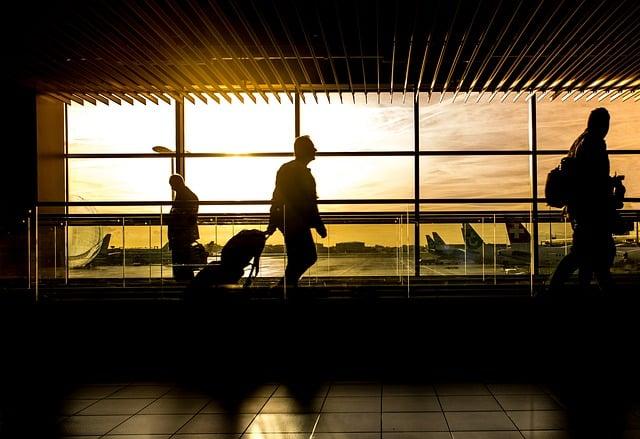 Comprar passagem aérea de madrugada não muda o valor, mas comprar a passagem para o horário da madrugada sim