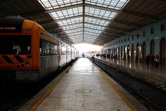 O transporte público em Portugal é rápido e eficiente. É possível ir para muitos lugares pagando pouco.