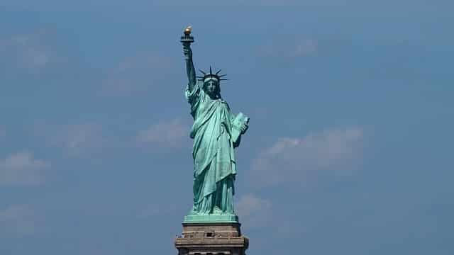 Para abrir uma conta nos Estados Unidos, é necessário apenas um passaporte e o depósito inicial de US$50,00 para ativação.