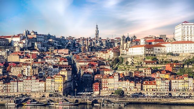 Porto, Lisboa, Coimbra, Évora, Faro... são muitas as grandes cidades portuguesas e elas estão cheias de oportunidades para trabalho em Portugal. Na foto temos a vista panorâmica de Porto.