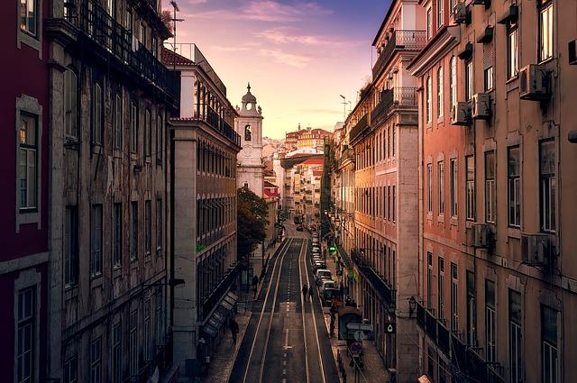 A infraestrutura oferecida e a qualidade de vida proporcionada fazem com que muitos brasileiros busquem trabalho em Portugal. Na foto vemos o centro de Lisboa.