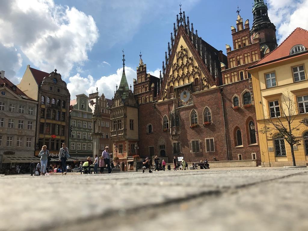 um indivíduo com cidadania polonesa pode visitar o país para turismo sem precisar de visto e até mesmo se mudar para ele caso queira