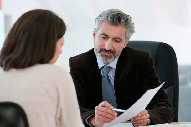 Antes de comprar imóvel no exterior é recomendado que busque auxílio de um bom corretor.