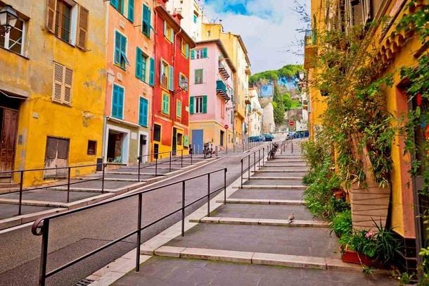 Na foto vemos a histórica cidade francesa de Nice, ponto alto da Riviera Francesa.