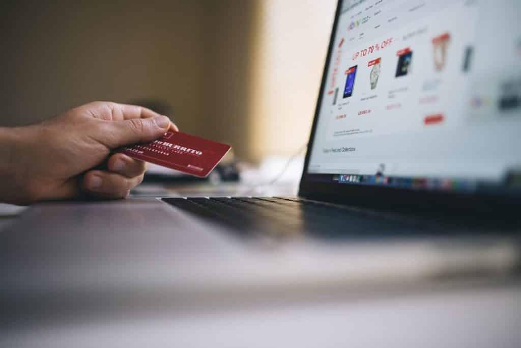 Com o dólar em alta, muitas pessoas aguardam ansiosamente a Black Friday para tentar encontrar pacotes de viagem a preços mais convidativos.