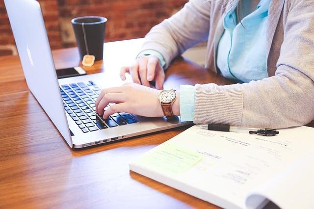 As principais vantagens de ser um nômade digital são horário flexível, possibilidade de trabalhar de qualquer lugar e para clientes do mundo todo.
