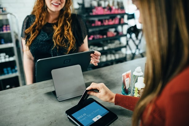 Usar um cartão de crédito no exterior pode resultar em salgadas taxas, por isso é preciso atenção aos gastos.