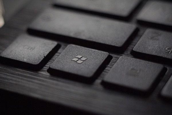 A Microsoft é historicamente uma das empresas da bolsa americana cujas ações se mantém mais valorizadas. Comprar ações Microsoft é garantia de bom negócio.