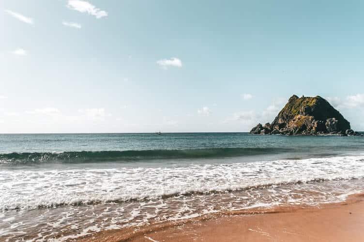 Praia com água limpa e azul em Fernando de Noronha.