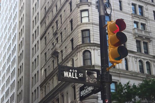 O Dow Jones fica localizado em Wall Street, cidade de Nova York.