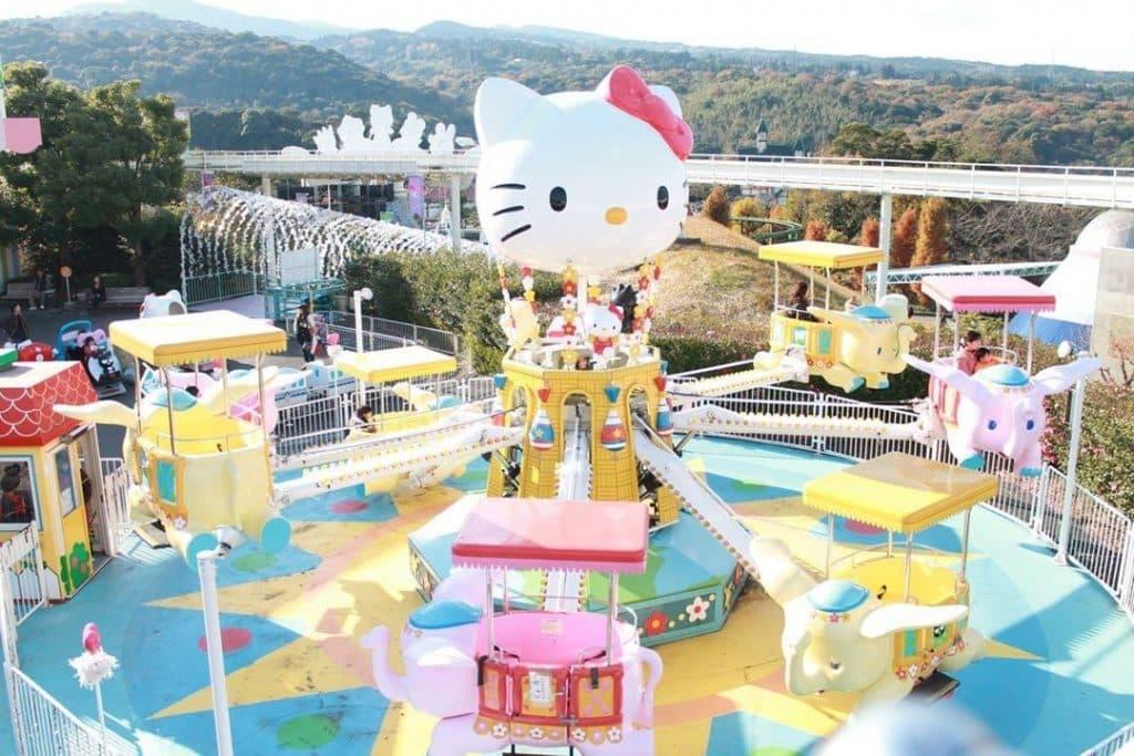 Imagina um parque de diversão focado na Hello Kitty? No Japão existe um!