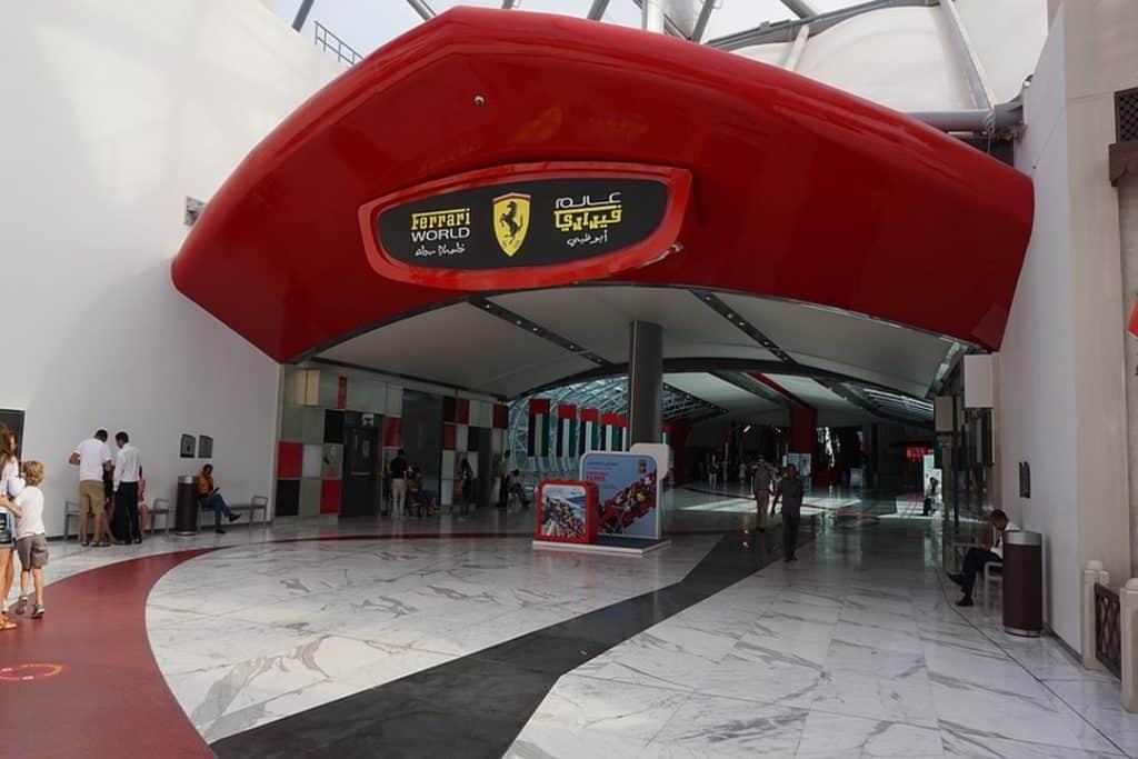 O Ferrari World é um lugar focado na marca automotiva Ferrari