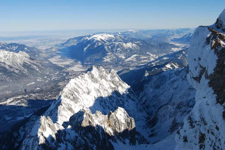 Destinos na América do Sul: conjunto de montanhas cobertas de neve em Cordilheira dos Andes, no Chlie.