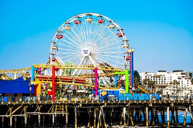 o Píer de Santa Monica é famoso e um ótimo destino turístico.