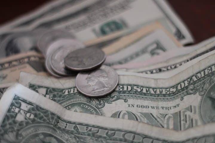tensões internacionais fazem dolar disparar