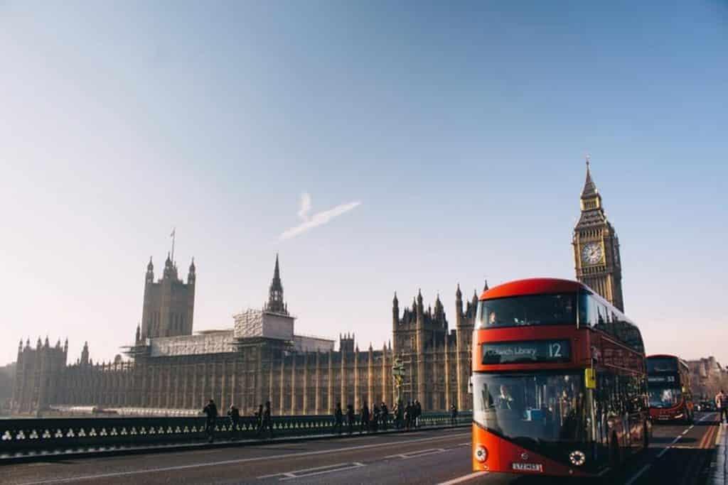Os famosos ônibus vermelhos de turismo de Londres já viraram referência da cidade.