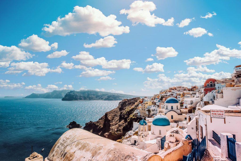 Viajar para a Grécia: imagem de Santorini, uma das ilhas Cíclades no Mar Ageu.