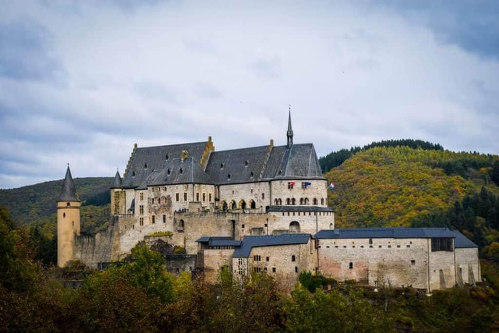O Castelo de Vianden é um dos pontos mais famosos de Luxemburgo.