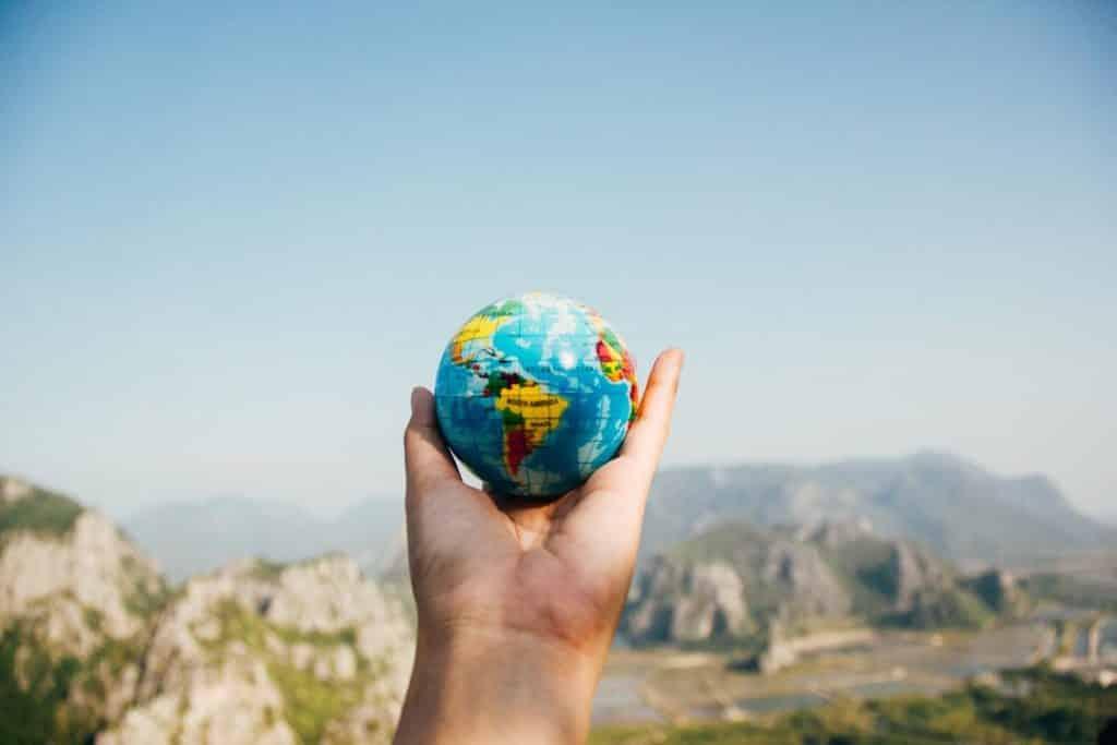Organizar a uma viagem por conta própria pode trazer uma economia significativa, além de permitir que você pesquise bastante sobre o destino para onde vai.