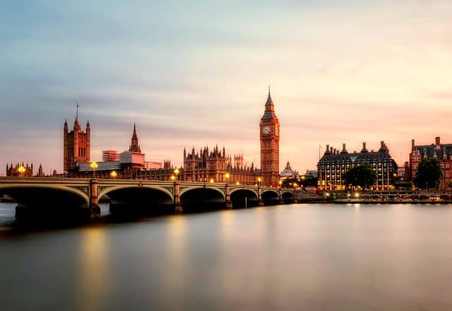 O Reino Unido é uma Monarquia Constitucional Parlamentar, governado por um parlamento e também por uma monarquia. A família real britânica desperta fascínio em todo o mundo.
