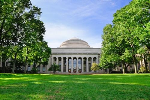 MIT - Massachusetts Institute of Technology é considerada a melhor faculdade dos Estados Unidos, desbancando inclusive Harvard.