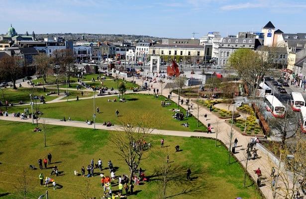 Se você optar por outras cidades que não sejam Dublin, pode economizar bastante ao estudar na Irlanda. Na foto temos vista panorâmica de Galway, quarta maior cidade da Irlanda.