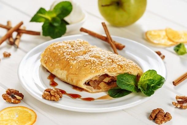 O Apfelstrudel pode ser considerado o pai da torta de maçã. Feito com massa folheada e recheio de maça, é a sobremesa mais popular da Áustria.