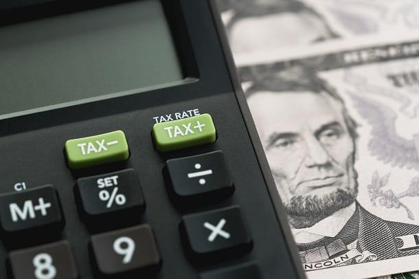 Para receber dinheiro do exterior você irá pagar o imposto IOF e terá que declarar a remessa no Imposto de Renda.