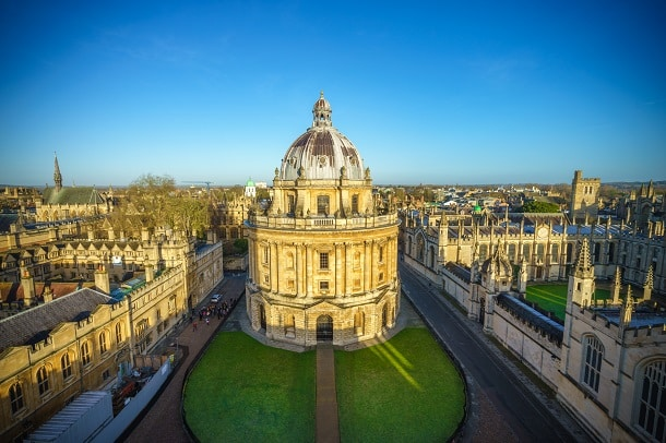 Considerada pela TopUniversities como a quarta melhor universidade do mundo, a renomada University of Oxford (foto) exige que estudantes brasileiros apresentem a nota do ENEM durante o processo seletivo.