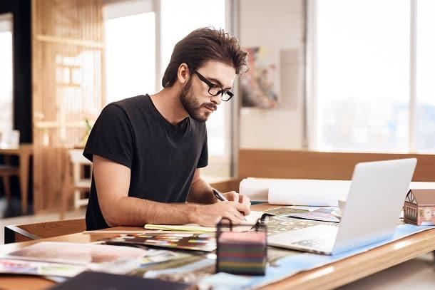Antes de contratar um funcionário pelo MEI, o microempreendedor deve estar ciente que os custos relativos ao funcionário deverão estar inclusos no seu limite anual de R$81 mil.
