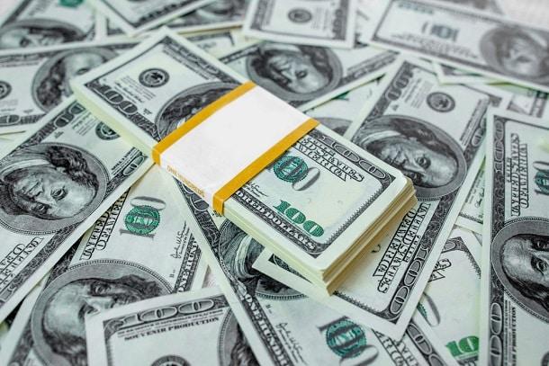 O dólar comercial é aquele usado em transações comerciais. Já o dólar turismo pode ser adquirido em espécie e tem funções relacionadas ao turismo.